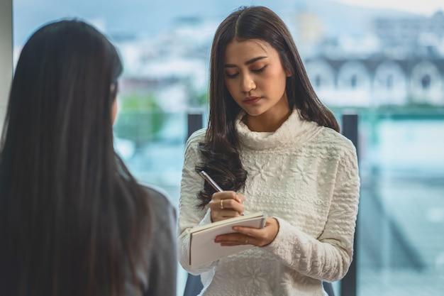 アジアの女性プロの心理学者医師が女性患者に相談 Premium写真