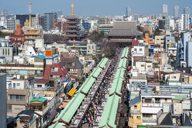 浅草の仲見世商店街と浅草の浅草寺 Premium写真