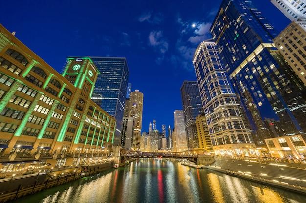 シカゴ川遊歩道都市景観川側、アメリカのダウンタウンのスカイライン、建築、建築 Premium写真
