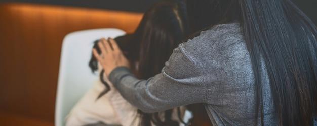 女性患者に相談をするアジアの女性プロ心理学者医師のバナー Premium写真