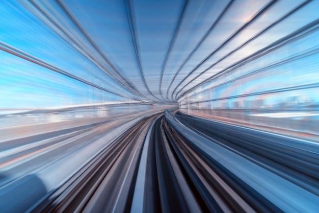 嵐のシーン東京日本列車からのモーションブラーの動き Premium写真
