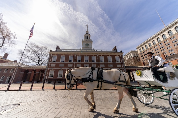 独立記念館の前で乗馬観光客のための未定義の馬ライダー。フィラデルフィア Premium写真