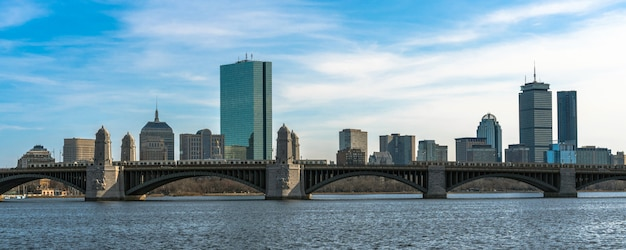 Панорама над знаменем поезда, бегущего по мосту лонгфелло по реке чарльз Premium Фотографии