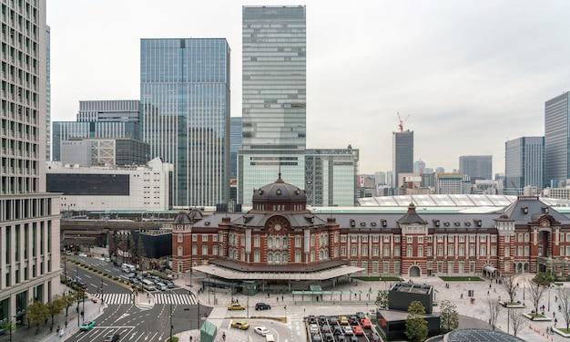 午後のテラスからの東京駅の景観、建築 Premium写真