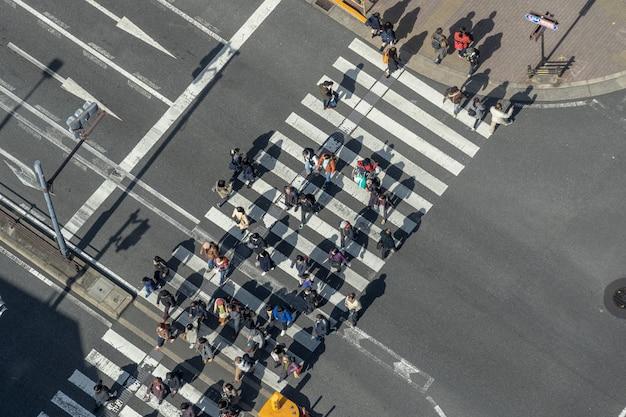 横断歩道橋を渡る歩行者の群衆 Premium写真
