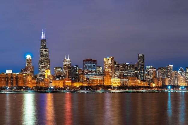 ミシガン湖に沿ってシカゴの街並み川沿いの美しい夕暮れ時、イリノイ州、アメリカ合衆国 Premium写真