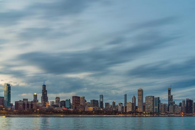 美しい夕暮れ時にミシガン湖に沿ってシカゴ都市景観川側のシーン Premium写真