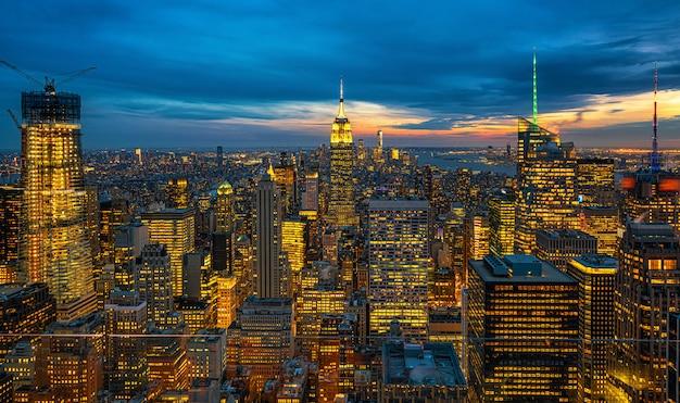 夕暮れ時にアメリカのダウンタウンのスカイラインの低いマンハッタンのニューヨーク市の街並みのトップシーン Premium写真
