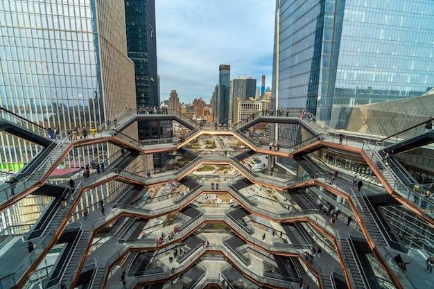 Неопределенные различные туристы посещают новейшую достопримечательность нью-йорка Premium Фотографии