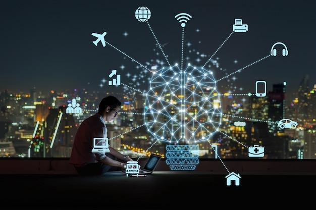スマートシティのさまざまなアイコンと人工知能の多角形の脳の形 Premium写真