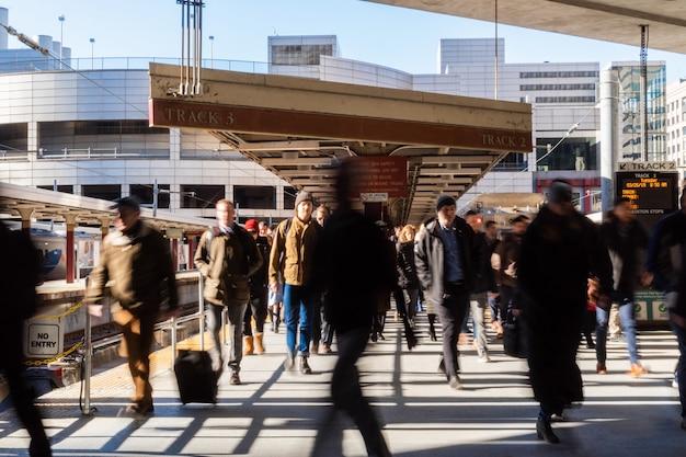 米国マサチューセッツ州ボストンの電車から駅まで歩いて南駅を訪れる認識できない人と観光客。 Premium写真