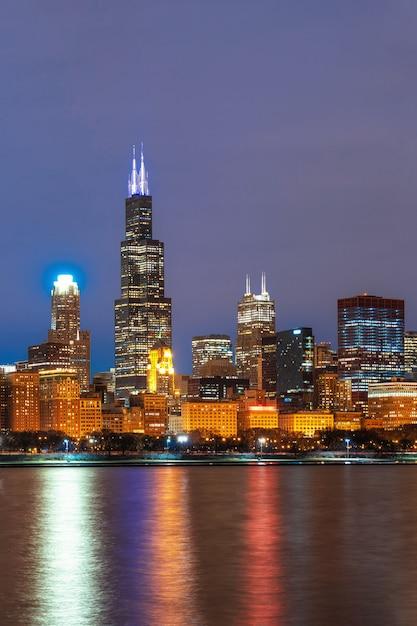 美しい夕暮れ時にミシガン湖に沿ってシカゴ都市景観の川側 Premium写真