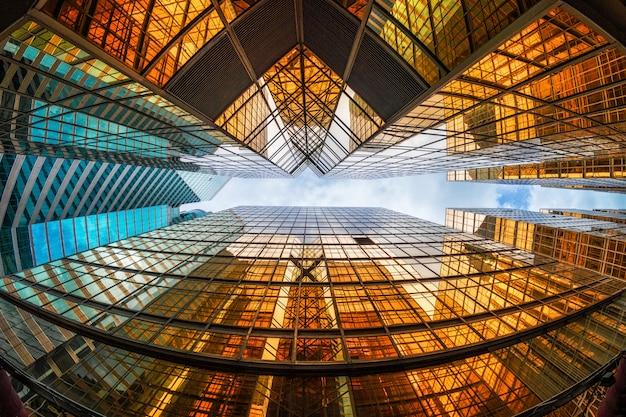 高層ビル、建物のガラス、ビジネスと金融、建築と産業の概念の間で雲の反射と香港の高層ビルの蜂起角度 Premium写真