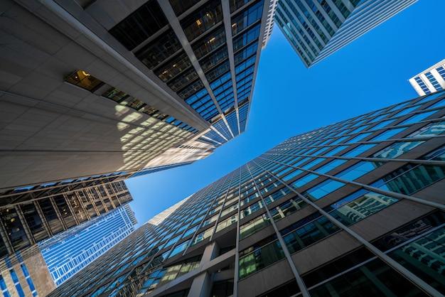 Современные офисные очки зданий городской пейзаж под голубым ясным небом в вашингтоне, округ колумбия, сша Premium Фотографии