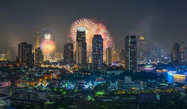 Фантастический многоцветный фейерверк взрыва над панорамой бангкок городской пейзаж Premium Фотографии