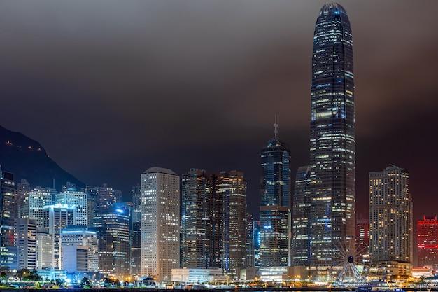 夜の時間、ビジネス金融地区、観光、旅行の目的地で香港の街並みの超高層ビル Premium写真
