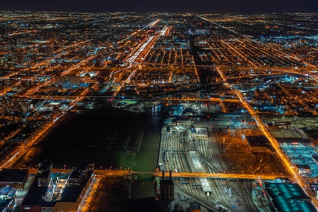 アメリカ合衆国イリノイ州シカゴの夜間青空の下でシカゴの街並み超高層ビルの航空写真 Premium写真