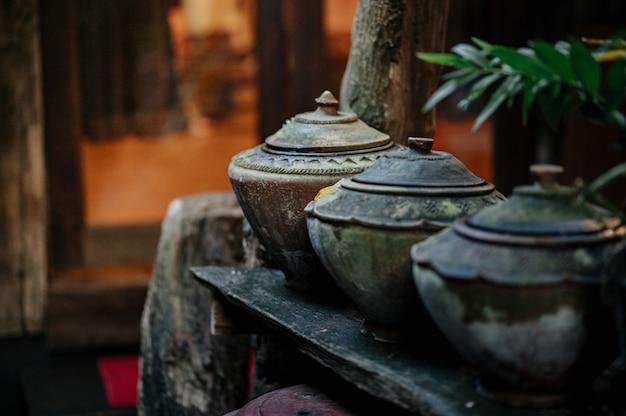 Горшок для хранения воды в стиле ланна, который обычно хранится под домом. Premium Фотографии