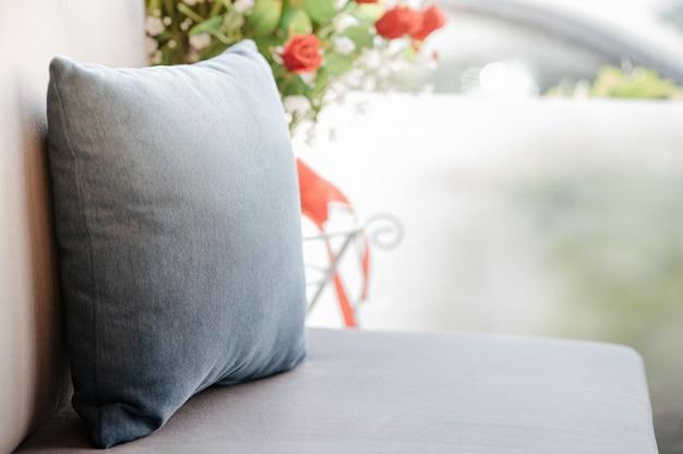 Диван с подушечкой на диване Premium Фотографии