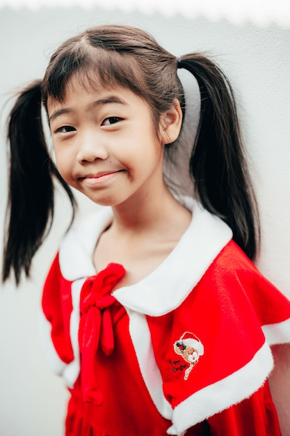 Девушка в сэнди улыбается. Premium Фотографии