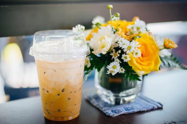 花瓶とペアになったテーブルの上のアイスティーとアイスコーヒー Premium写真