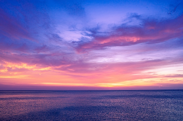 劇的な雲の形成と海の上のカラフルな夕焼け空 Premium写真