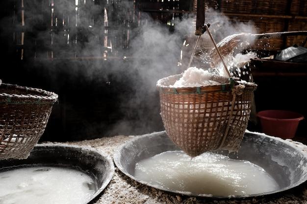 自然の山塩を作る方法 Premium写真