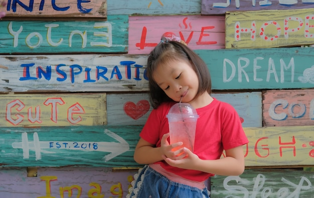 健康で素敵なきれいなアジアの女の子 Premium写真