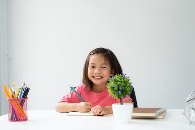 アジアの若い子供は自宅で自分で学び、認める Premium写真