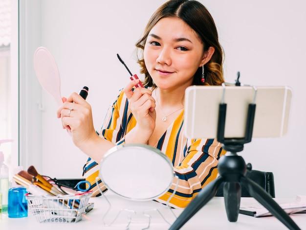 かなりアジアの女性ブロガー化粧品のオンラインレビュー Premium写真