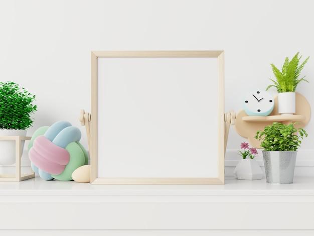Макет постера с вертикальной рамкой, макет пустой рамки в новом интерьере с цветами Premium Фотографии