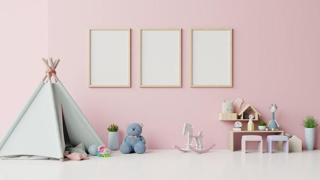 Макет плакаты в детской комнате интерьер на розовом фоне. Premium Фотографии