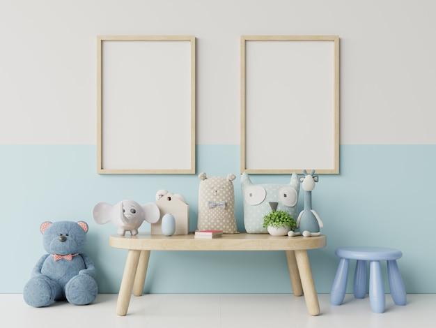 Макет плакаты в детской комнате интерьер, плакаты на фоне пустой белый / синий стены. Premium Фотографии