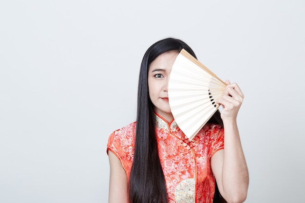 中国の旧正月で赤いドレスを着ている女性アジア Premium写真