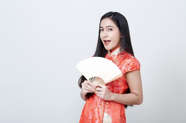 Женщина азии носить красное платье в китайский новый год Premium Фотографии