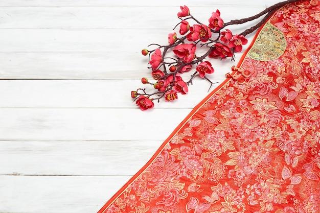 Китайский новогодний декор на красном фоне Premium Фотографии