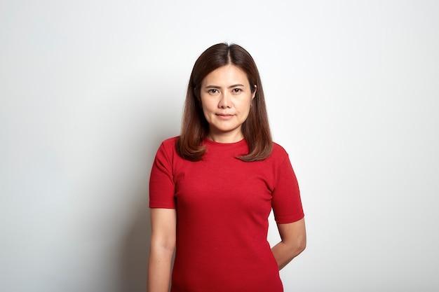 赤いドレスの女性アジアの短い茶色の髪 Premium写真