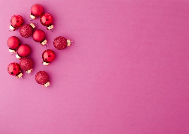レッドオーナメントクリスマスボール Premium写真