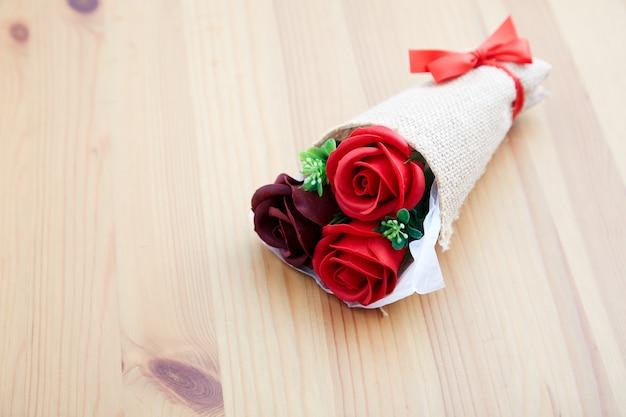Пара подарочных роз на день святого валентина Premium Фотографии