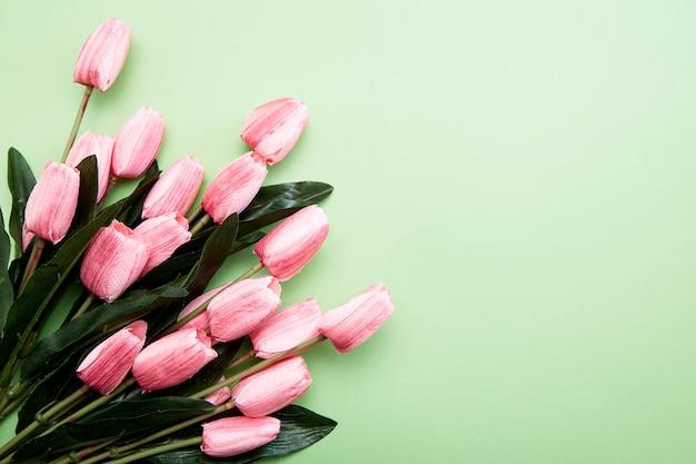 緑のチューリップの花の束 Premium写真