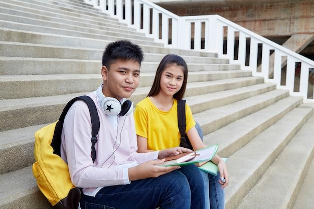 本と屋外の幸せな学生 Premium写真
