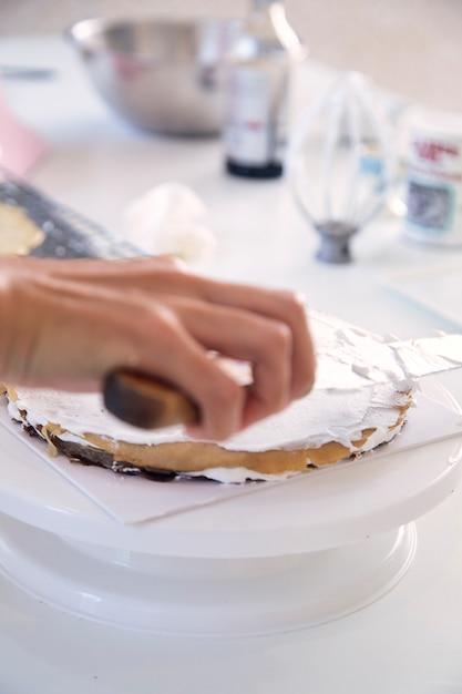 Женщина готовит на кухне Premium Фотографии