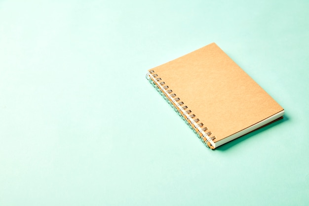 パステル調のオフィスの机の上に鉛筆とノート Premium写真