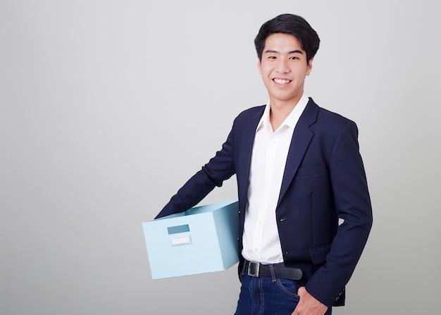 Деловой человек и держит картонную коробку Premium Фотографии