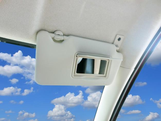 車の中で車のサンバイザーとミラー。 Premium写真