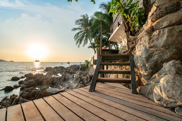 黄金の光とボートと海の夕日 Premium写真