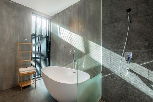 豪華なバスルームのインテリアデザインのロフトスタイルのバスタブ、家の中のトイレ Premium写真