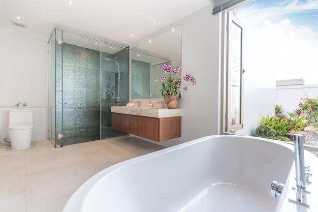 豪華なバスルームは洗面台とバスタブ付きの家、家、建物を備えています Premium写真
