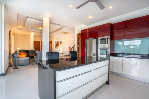 Дизайн интерьера в гостиной и кухне Premium Фотографии