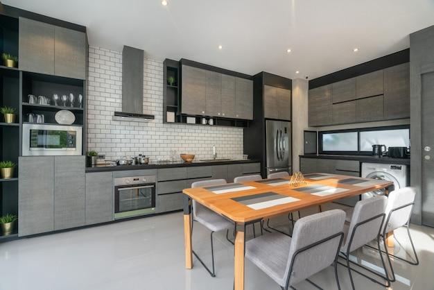 Дизайн интерьера дома в гостиной с открытой кухней в доме-лофте Premium Фотографии